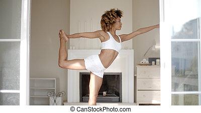 jonge vrouw , staand, in, yoga positie