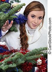 jonge vrouw , stond, door, kerstboom