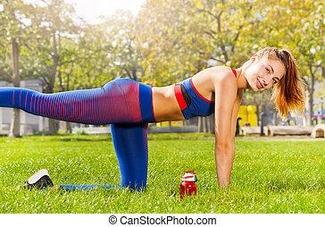 jonge vrouw , stretching, doen, been, schommel, buitenshuis