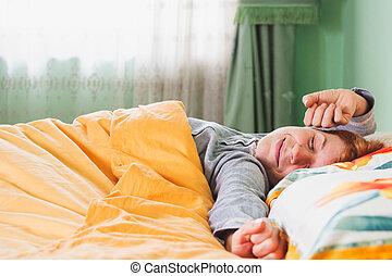jonge vrouw , stretching, in bed