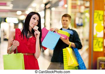 jonge vrouw , uitgeven, te (veel), geld, voor, shoppen