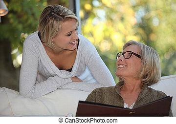 jonge vrouw , uitgeven, tijd, met, haar, grootmoeder
