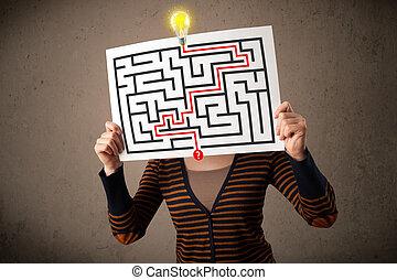 jonge vrouw , vasthouden, een papier, met, een, labyrint,...