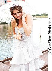 jonge vrouw , vasthouden, een, parasol, door, de, water