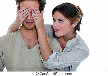 jonge vrouw , vasthouden, haar, overhandigt, een, man's, eyes