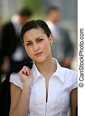 jonge vrouw , verdragend, jas, op, haar, schouder