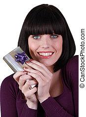 jonge vrouw , vrolijke , vasthouden, cadeau