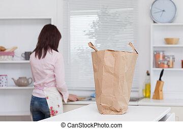 jonge vrouw , werkende , in de keuken