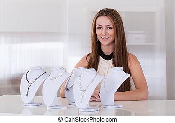 jonge vrouw , werkende , in, juwelen, winkel