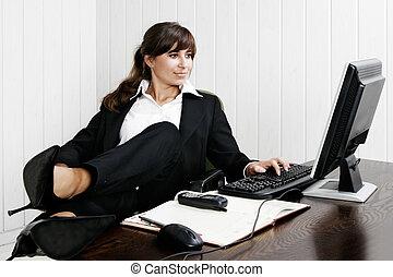 jonge vrouw , werkende , met, de, computer