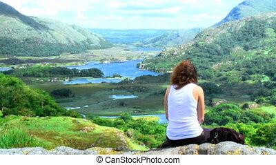 jonge vrouw , zittende , bovenop, een, berg