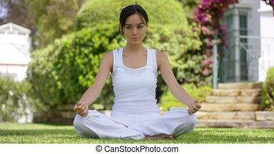 jonge vrouw , zittende , het peinzen, in, een, tuin