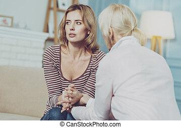 jonge vrouw , zittende , met, haar, moeder, en, gevoel, verdrietige