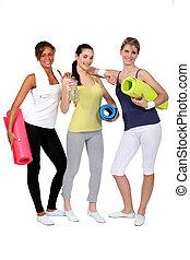 jonge vrouwen, gereed, voor, hun, fitnnesszaal brengen onder