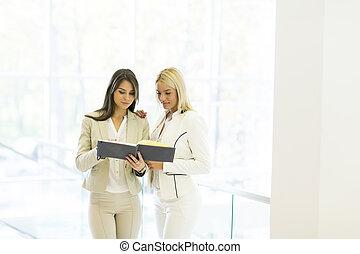jonge vrouwen, met, agenda