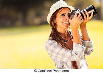jonge, vrouwlijk, fotograaf, afname schilderstuken