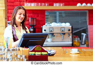 jonge, vrouwlijk, kassier, het werken, op, de, contant, bureau, in, koffiehuis