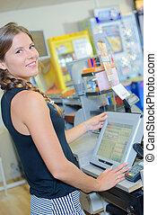 jonge, vrouwlijk, kassier, het werken, op, de, contant, bureau, in, winkel