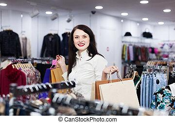 jonge, vrouwlijk, koper, op, de opslag van de kleding