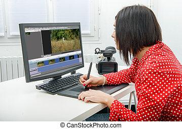 jonge, vrouwlijk, ontwerper, gebruik, grafiek tablet, terwijl, werkende , met, computer