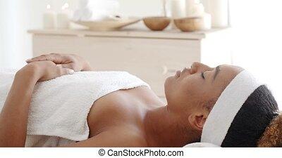 jonge, vrouwlijk, relaxen, in, spa, salon