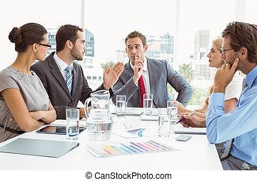 jonge, zakenlui, in, directiekamer