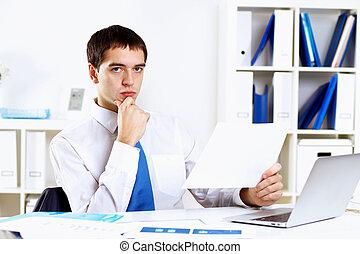 jonge, zakenman, in, kantoor