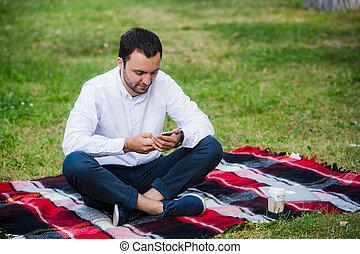 jonge, zakenman, op, de, park, werkende , met, tablet