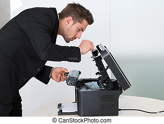 jonge, zakenman, repareren, patroon, in, photocopy machine