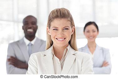 jonge, zakenmens , het glimlachen, aan fototoestel