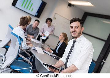 jonge, zakenmens , met, tablet, op, werkkring vergadering, kamer