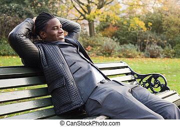 jonge, zakenmens , relaxen, in het park