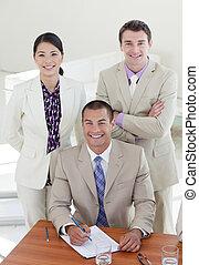 jonge, zekere manager, en, zijn, team, het glimlachen, op, de, fototoestel