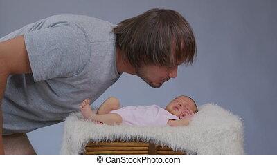 jonge, zijn, geboren, vasthouden, zuigeling, baby., vader, kussende , nieuw