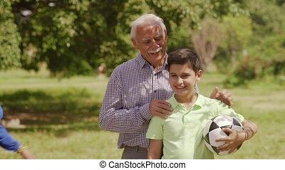 jongen, bal, gezin, grootouders, 13-portrait, voetbal, vrolijke