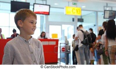 jongen, besprekingen, om te, iemand, dichtbij, paspoort, controle, op, luchthaven