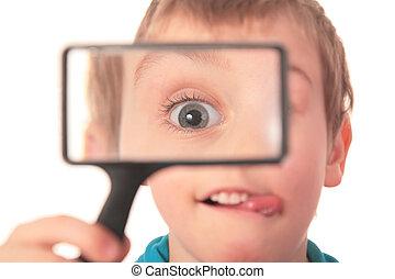 jongen, blik, door, vergrootglas, met, belangstelling
