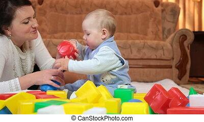 jongen, blokjes, gekleurde, vloer, moeder, baby, spelend, kamer