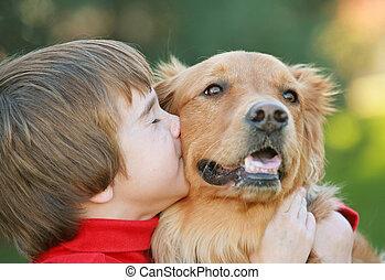 jongen, dog, kussende