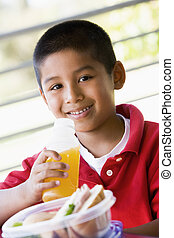 jongen, eetlunch, op, kleuterschool
