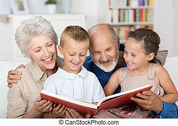 jongen en meisje, kijken naar, een, foto gedenkboek