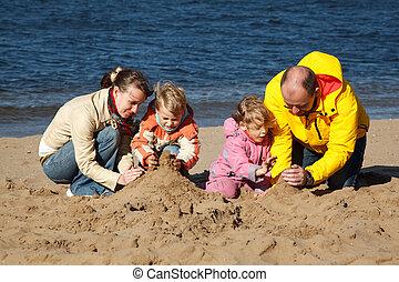 jongen en meisje, met, hun, ouders, toneelstuk, in, zand,...