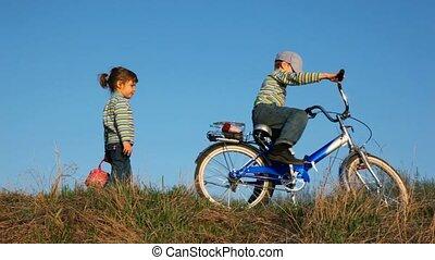 jongen en meisje, op, de, picknick, gezegde, bay-bay, en, gaan, hun, eigen, wegen