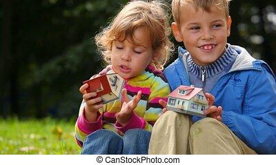jongen en meisje, spelend, met, speelbal, huisen, telling,...