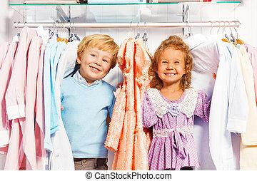 jongen en meisje, toneelstuk huid-en-zoekt, in, kleren