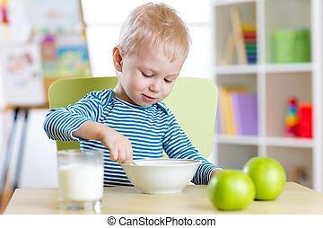jongen, eten, gezonde , kleuterschool, voedingsmiddelen, thuis, of, geitje