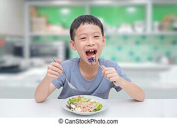 jongen, eten, groentes, slaatje