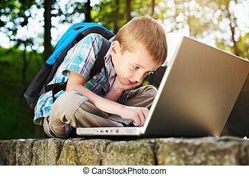 jongen, geconcentreerde, op, aantekenboekje