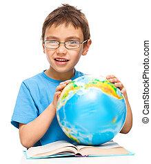 jongen, globe, weinig; niet zo(veel), vasthouden