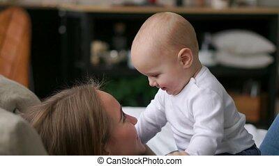 jongen, haar, jonge, bed, moeder, baby, spelend